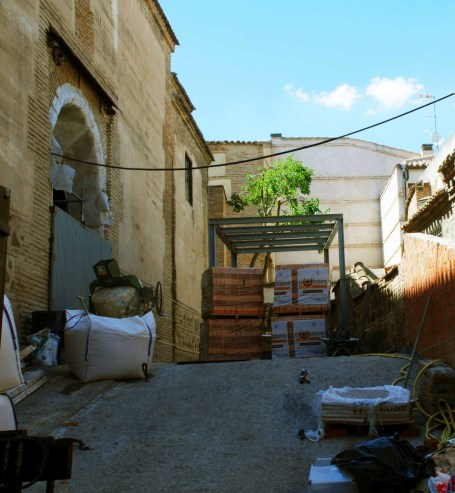 Portón y cubo desde acera de la calle