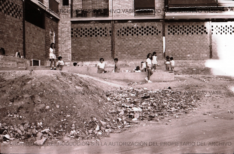 1900 Construcción de bloques sin pavimentación previa de las calles.