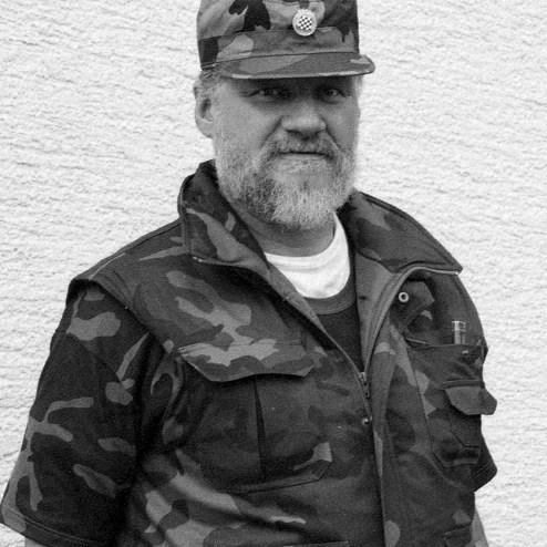 Septiembre de 1991, Slobodan Praljak posa cerca de una línea de frente en Sunja, Croacia. Fotografía Darko Bandic.