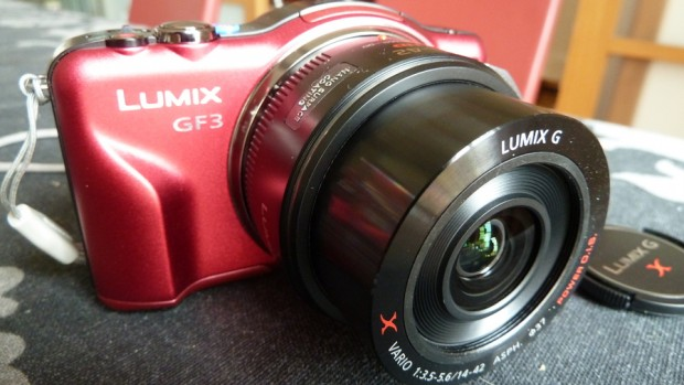 Panasonic Lumix DMC-GF3X encendida con la lente motorizada