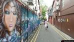 Calle con grafitti y gente caminando