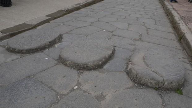 Un paso de cebra en Pompeya, elevado para no ensuciarse