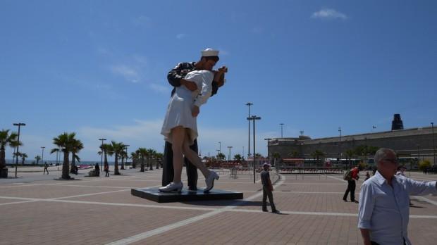 El beso, una estatua en Civitavecchia