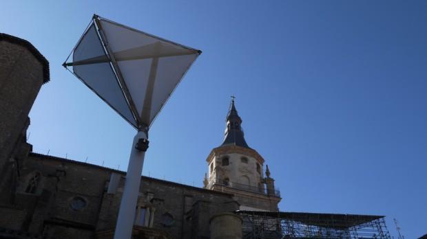 La catedral al fondo y una sombrilla delante