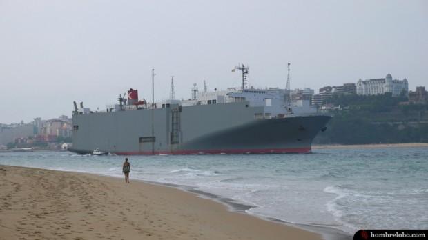 Un barco pasando por delante de Santander