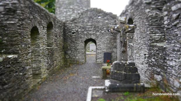 Ruinas de una de las iglesias en Monasterboice, Irlanda