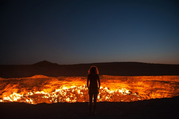 """<a href=""""http://www.shutterstock.com/pic-115727914/stock-photo-darvaza-turkmenistan-staring-into-the-flaming-gas-crater-known-as-the-door-to-hell-in-darvaza.html?src=YPX3jcYD1LEZHHWA7gaE7w-1-0""""  target=""""_blank"""" rel=""""nofollow"""">Puerta del infierno</a>, via Shuttershock"""