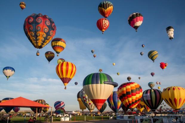 Globos aerostáticos en un cielo azul en Albuquerque durante el International Baloon Festival