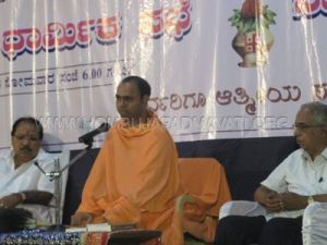 0001_hombuja_religious_gathering_swamiji_addressing_april-01_2013