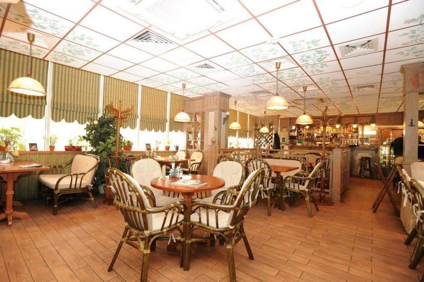 Уютный дизайн кафе в светлых тонах