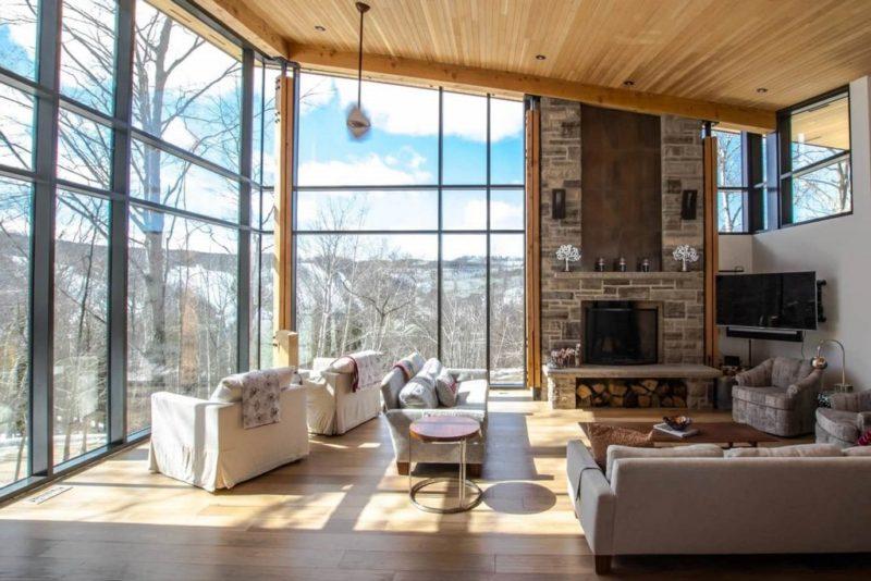 гостиная в стиле шале с видом на горы