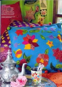 вышитая яркая подушка