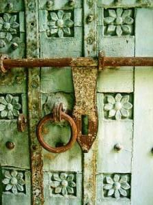 индийская дверь с резьбой