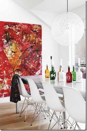 яркий интерьер с абстрактной картиной