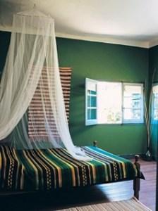 яркий интерьер спальни зеленого цвета