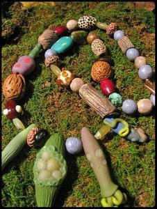 бусы из пластики