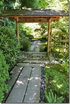 Идея ворот в японском стиле на даче