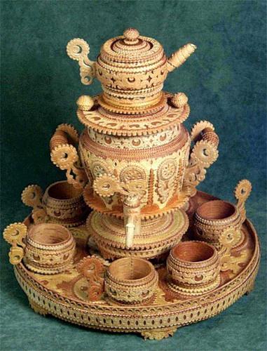 Самовар и чашки с подносом из бересты