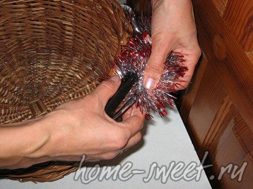 Декорируем мишурой верх корзины