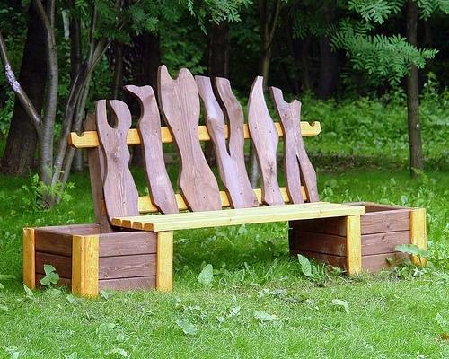 Скамейка из ящиков и досок