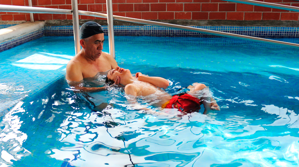 Beneficiario recibe servicio de Hidroterapia