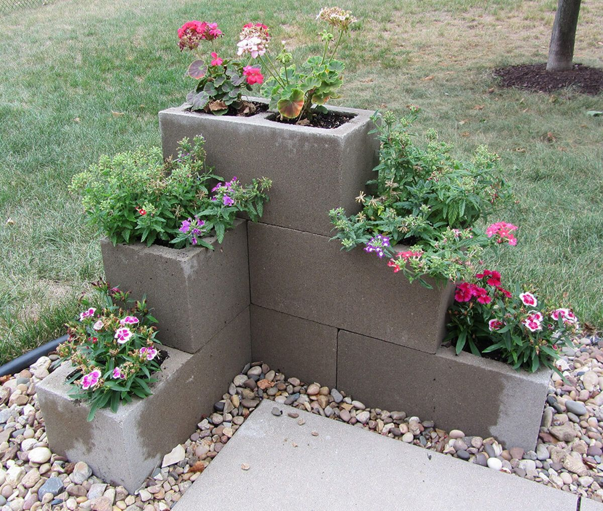 Easy And Inexpensive Cinder Block Garden Ideas 06340