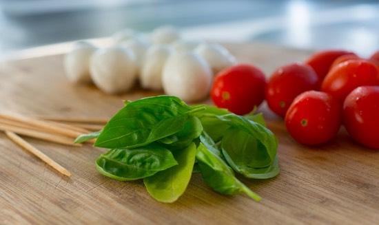 rajčata, mozzarella, bazalka