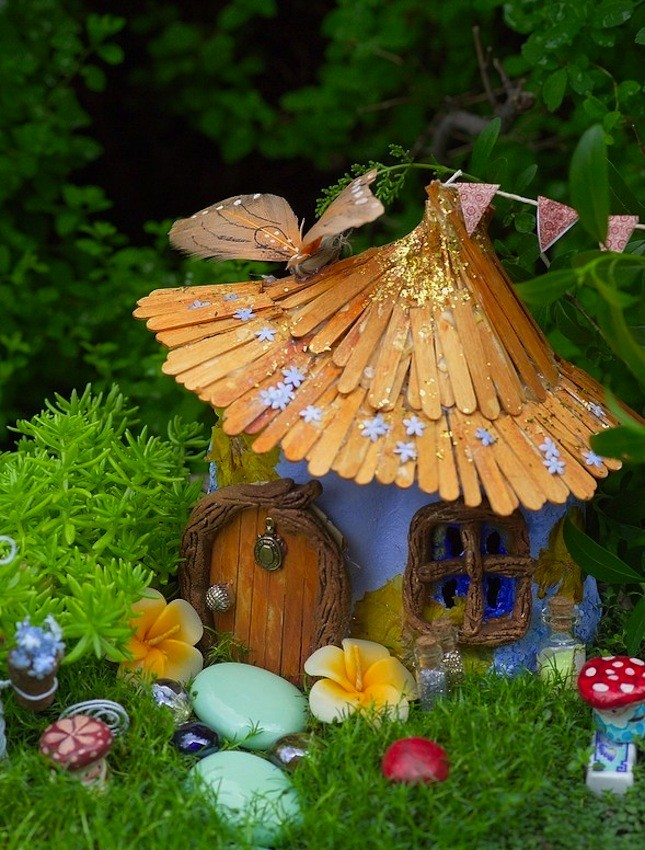 Fairy Garden Ideas: Popsicle stick roof cottage diy fairy garden