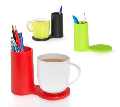 Stojak na długopisy z podstawką pod kubek Jot (https://www.homebutik.pl/j-me-stojak-na-dlugopisy-z-podstawka-pod-kubek-jot-zielony-guma-16x9x11-cm,k006001,a3791.html)