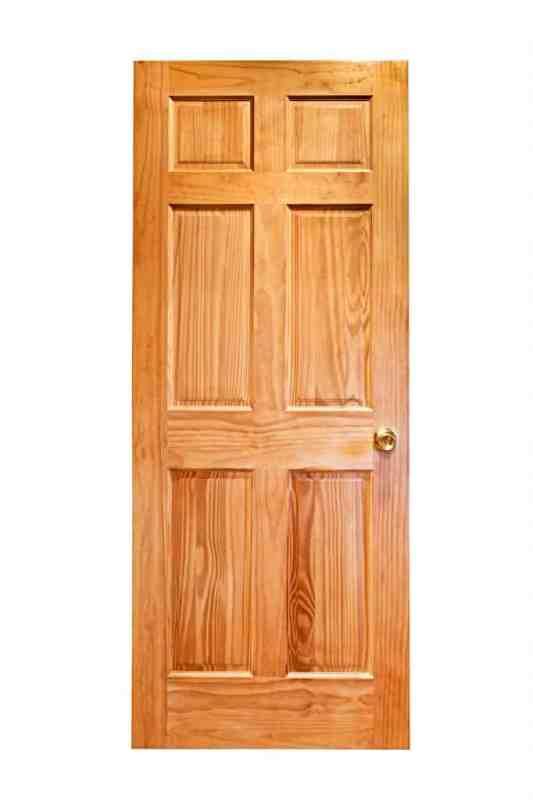 Ahşap kapının izole görünümü