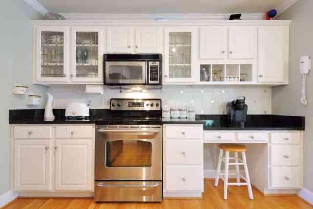 Beyaz lamine mutfak dolabı panelleri ile beyaz temalı mutfak