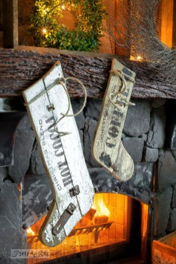 Inspiring Rustic Christmas Fireplace Ideas To Makes Your Home Warmer 38