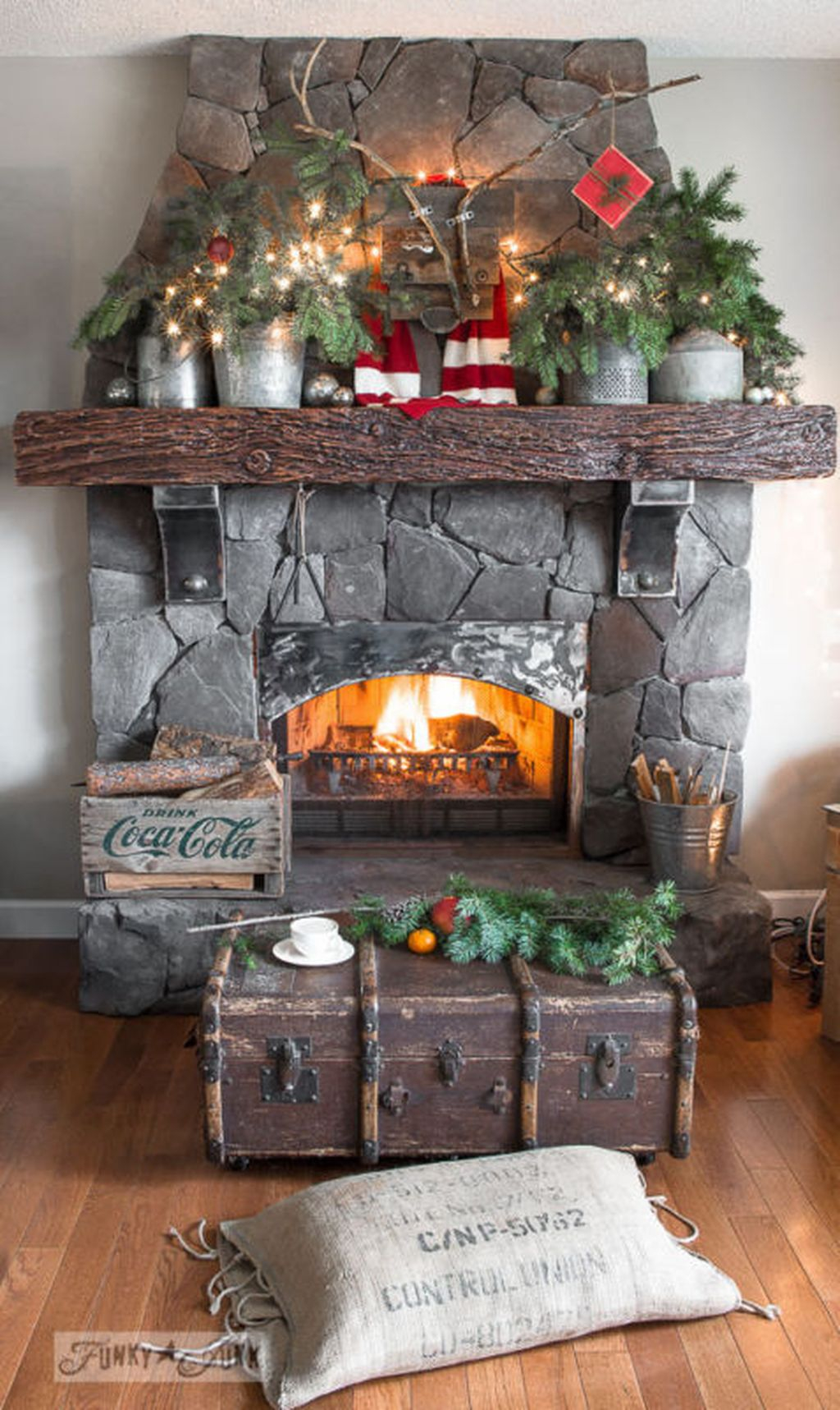 Inspiring Rustic Christmas Fireplace Ideas To Makes Your Home Warmer 84