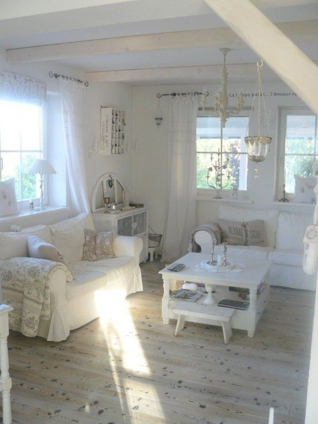 Creative DIY Shabby Chic Decoration Ideas For Your Living Room 36