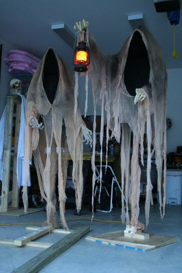 Creepy But Creative DIY Halloween Outdoor Decoration Ideas 18