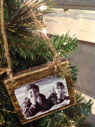 Easy And Creative DIY Photo Christmas Ornaments Ideas 19