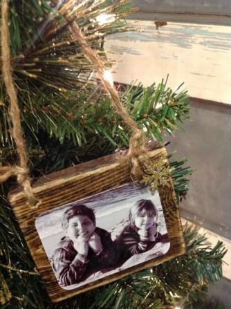 Easy And Creative DIY Photo Christmas Ornaments Ideas 19