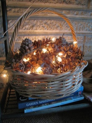 Easy And Simple Christmas Table Centerpieces Ideas For Your Dining Room 36