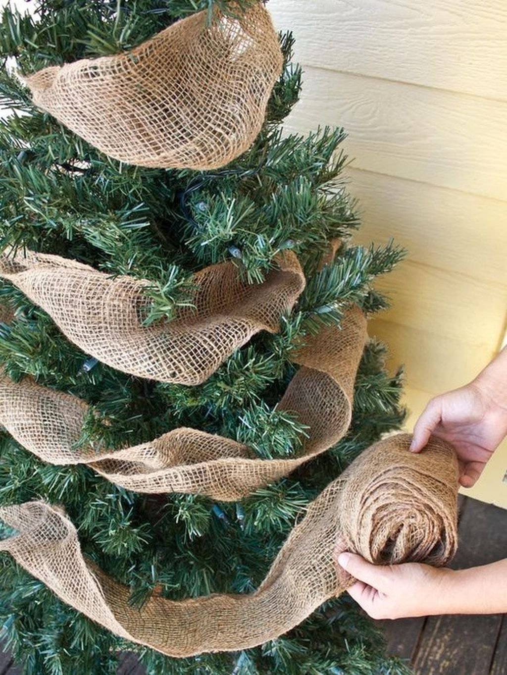 Inspiring Rustic Christmas Tree Decoration Ideas For Cheerful Day 05