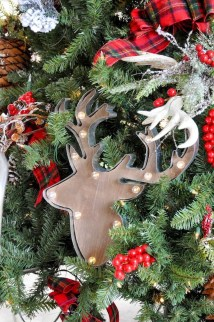 Inspiring Rustic Christmas Tree Decoration Ideas For Cheerful Day 12