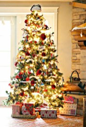 Inspiring Rustic Christmas Tree Decoration Ideas For Cheerful Day 23