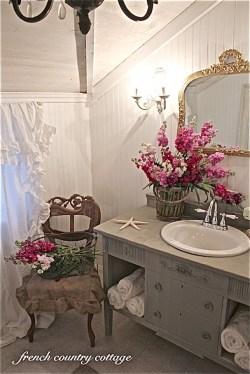 Romantic And Elegant Bathroom Design Ideas With Chandeliers 15