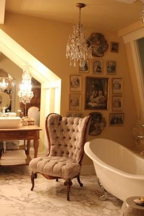Romantic And Elegant Bathroom Design Ideas With Chandeliers 72