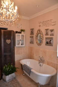 Romantic And Elegant Bathroom Design Ideas With Chandeliers 98