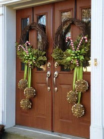 Simple But Beautiful Front Door Christmas Decoration Ideas 29