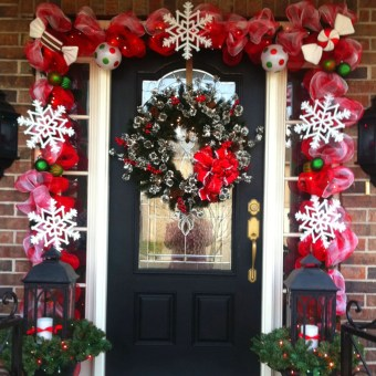 Simple But Beautiful Front Door Christmas Decoration Ideas 40