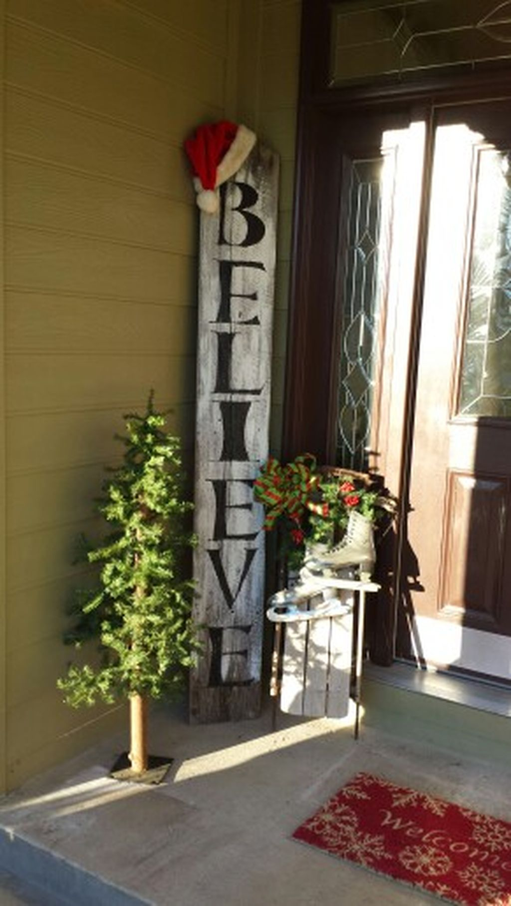 Simple But Beautiful Front Door Christmas Decoration Ideas 44
