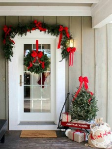 Simple But Beautiful Front Door Christmas Decoration Ideas 76