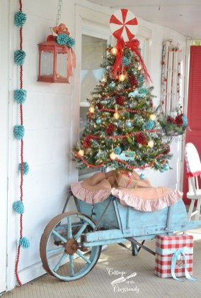 Totally Inspiring Christmas Porch Decoration Ideas 53