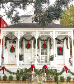 Totally Inspiring Christmas Porch Decoration Ideas 59